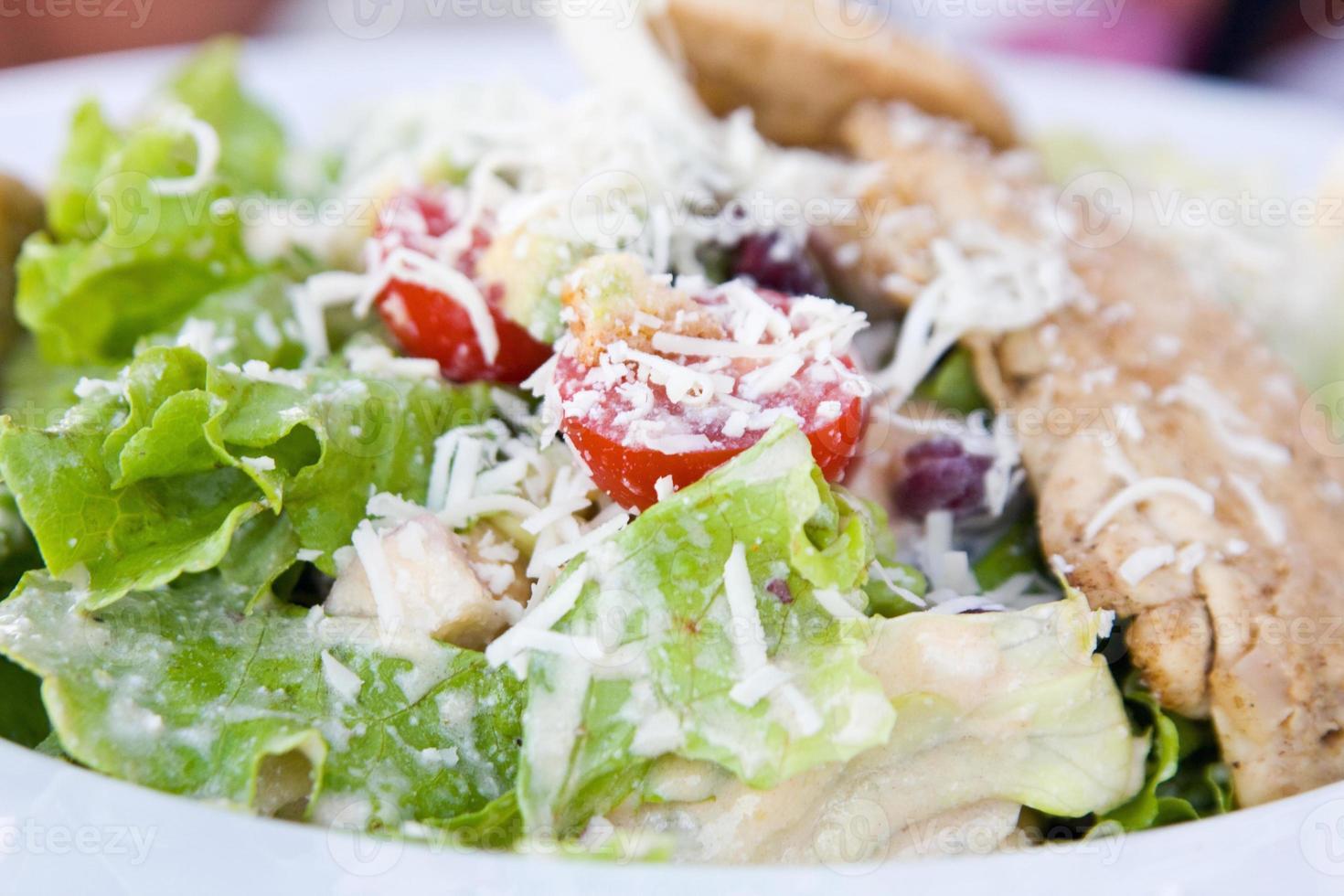 gesunder Salat mit Huhn und Gemüse in der Schüssel foto