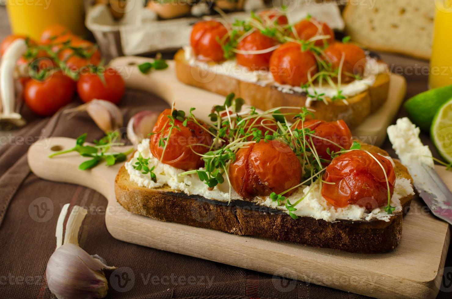 geröstete Kirschtomatensauce und Ricotta auf Toast foto