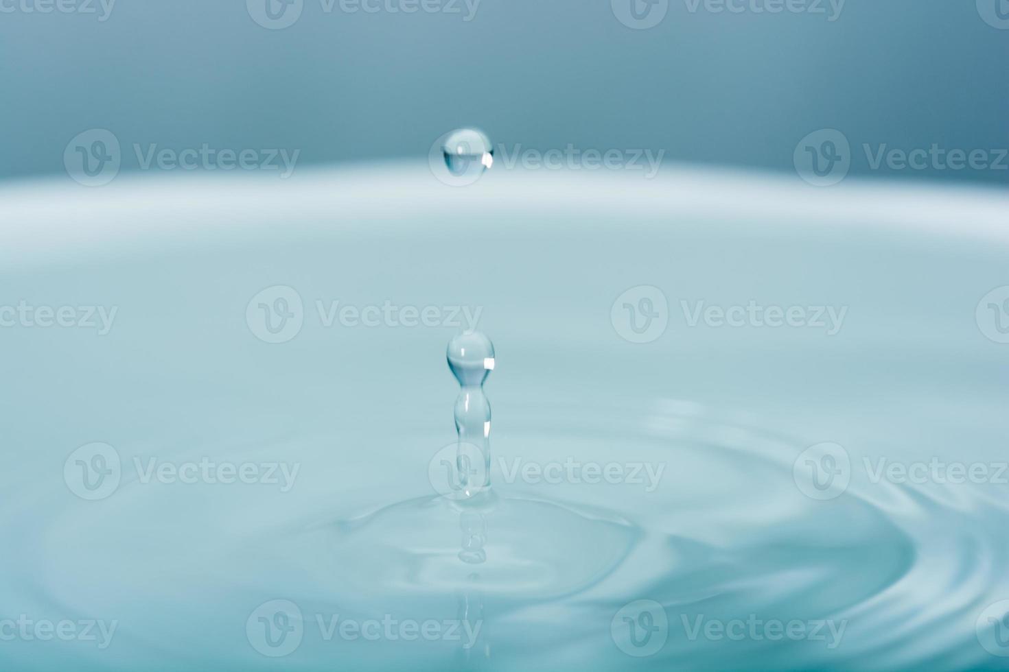 Wassertropfen fallen ins Wasser foto