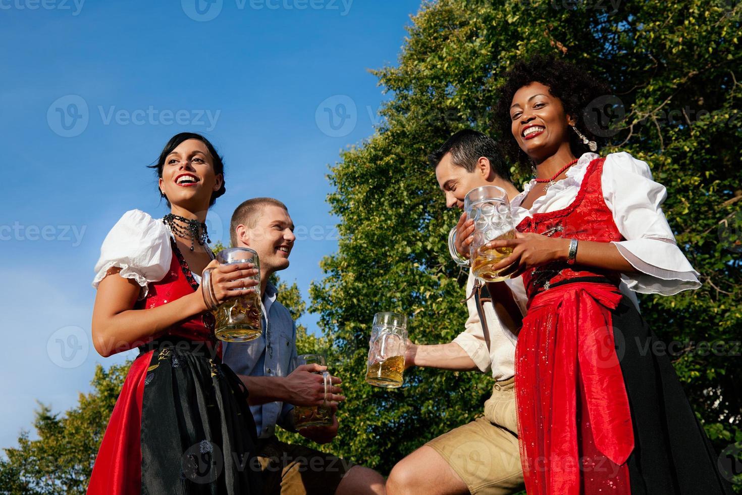 Gruppe von vier Freunden im Biergarten foto