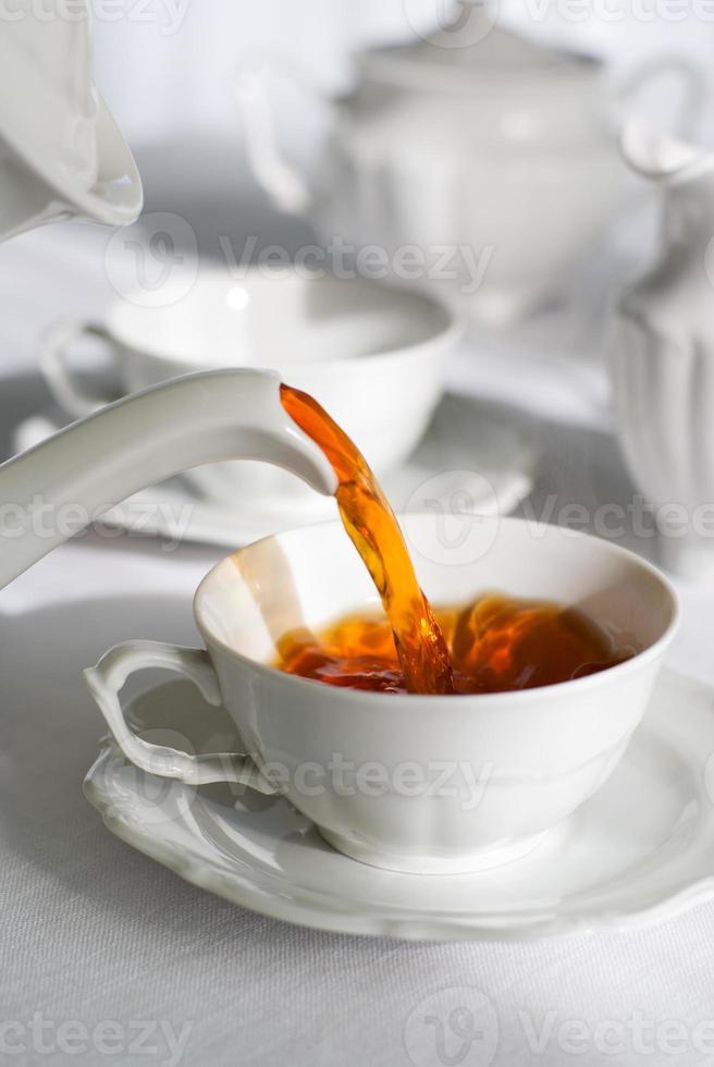 frischen Tee einschenken. foto