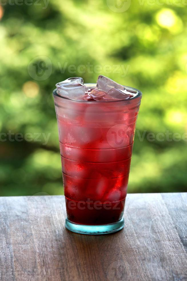 volles Glas Wasser und Saft mit Eis foto