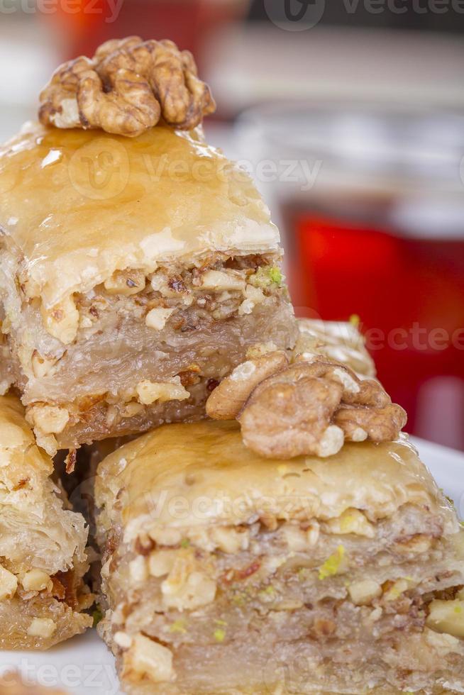 traditionelles türkisch-arabisches Dessert - Baklava mit Honig und Nüssen foto