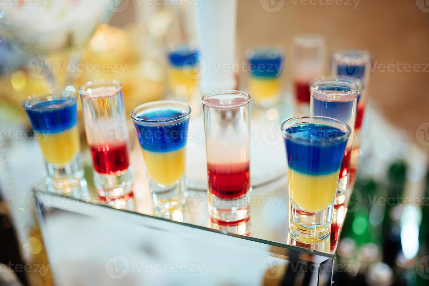 schöne Reihe von verschiedenfarbigen Cocktails foto