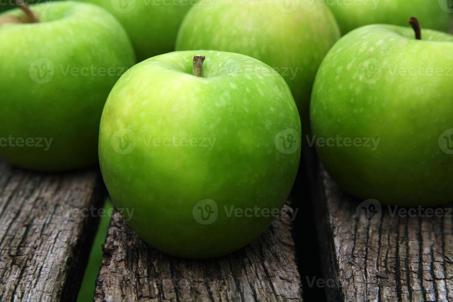 Äpfel auf einer Bank foto