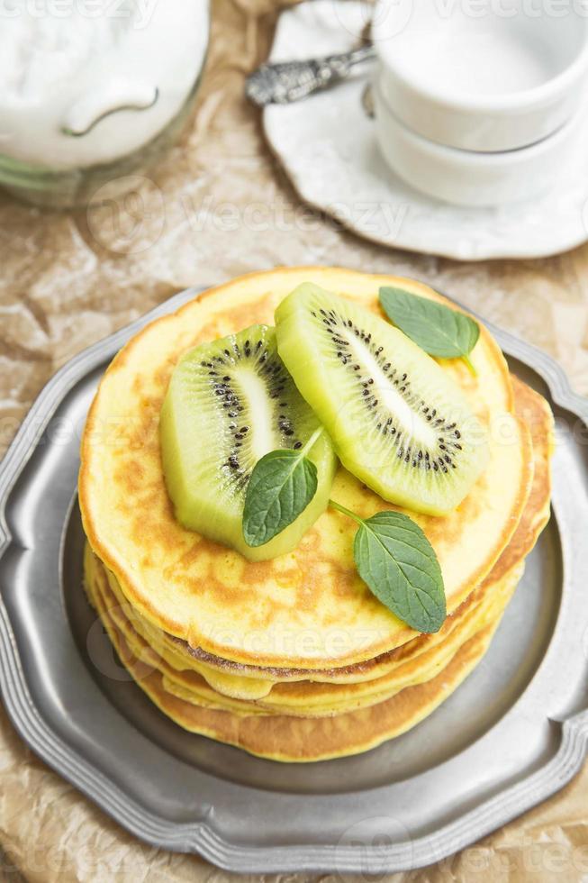 Pfannkuchen mit Kiwischeiben foto