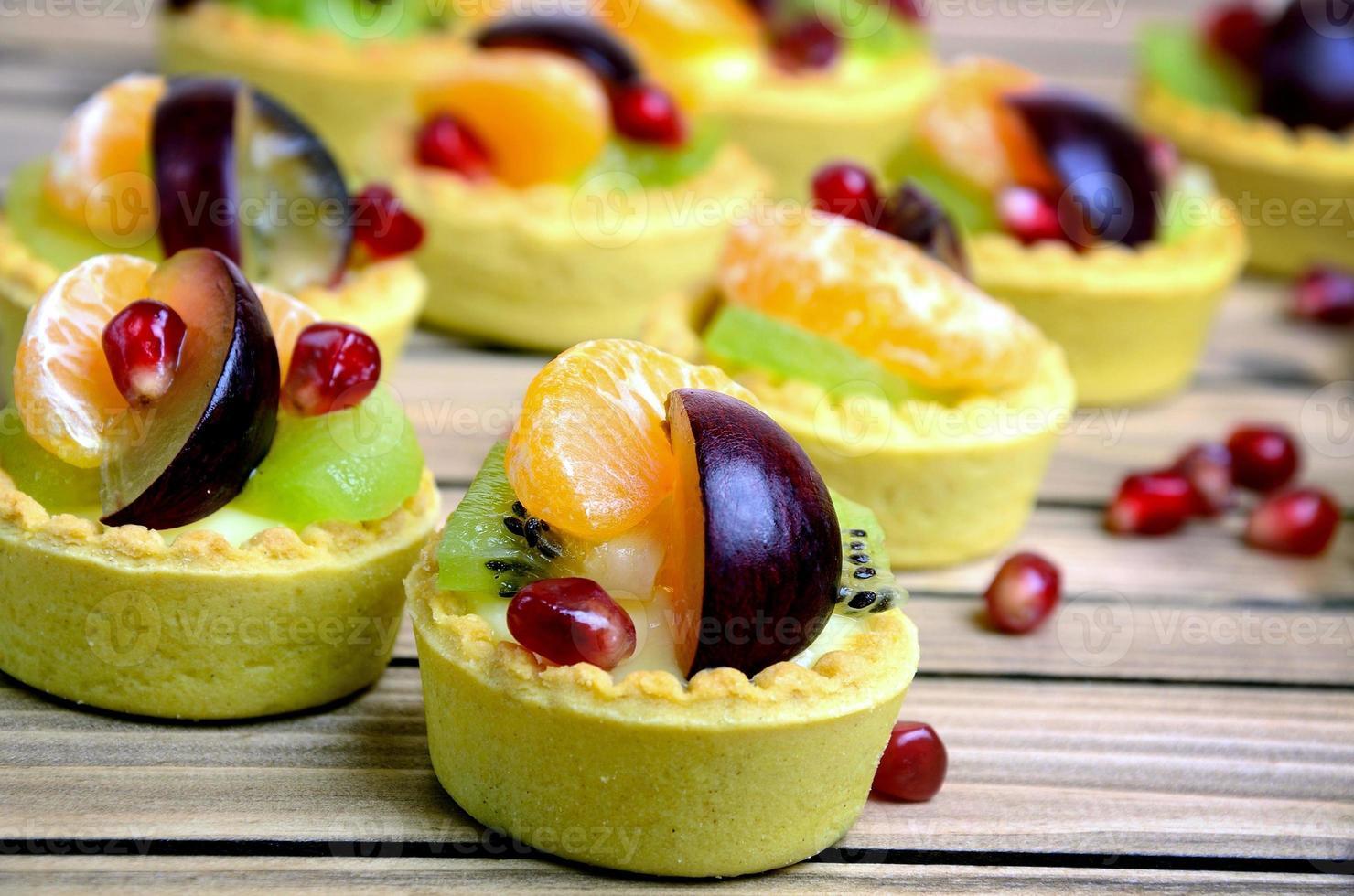 Obstkuchen auf dem Tisch foto
