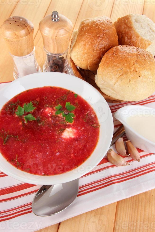 köstlicher Borschtsch auf Tischnahaufnahme foto