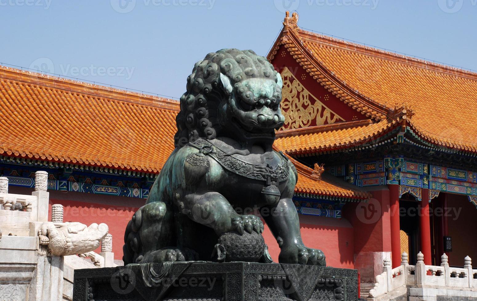 kaiserlicher Bronzelöwe in verbotener Stadt (Peking, China) foto