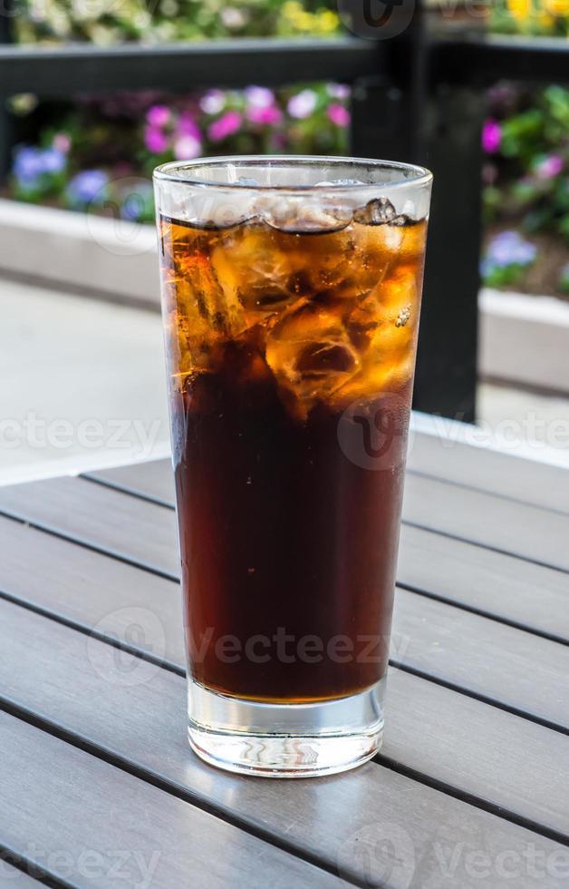 Glas Cola mit Eiswürfeln foto