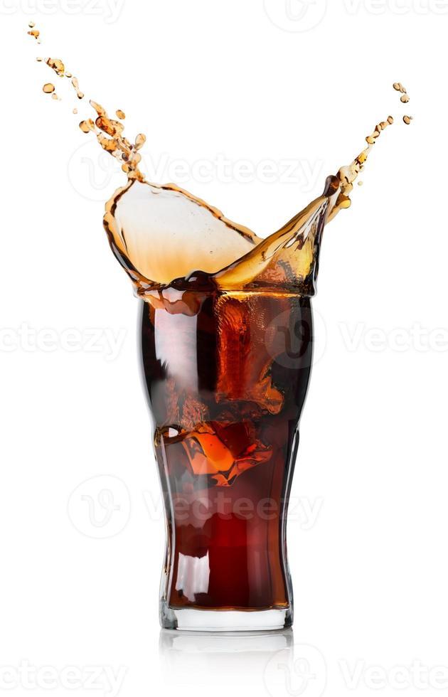 Spritzer Cola in ein Glas foto