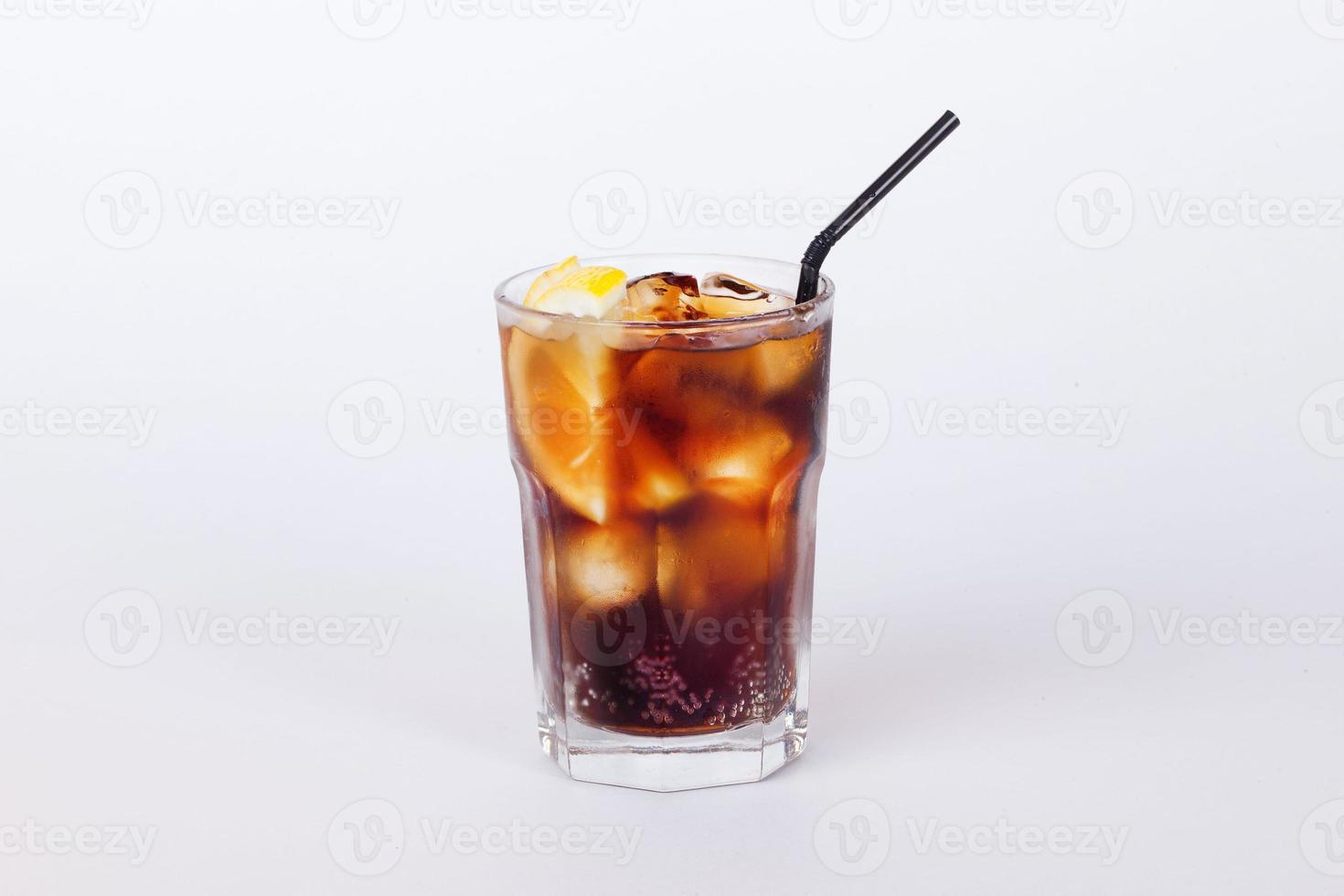 Cola-Cocktail mit Zitrone und Eis foto
