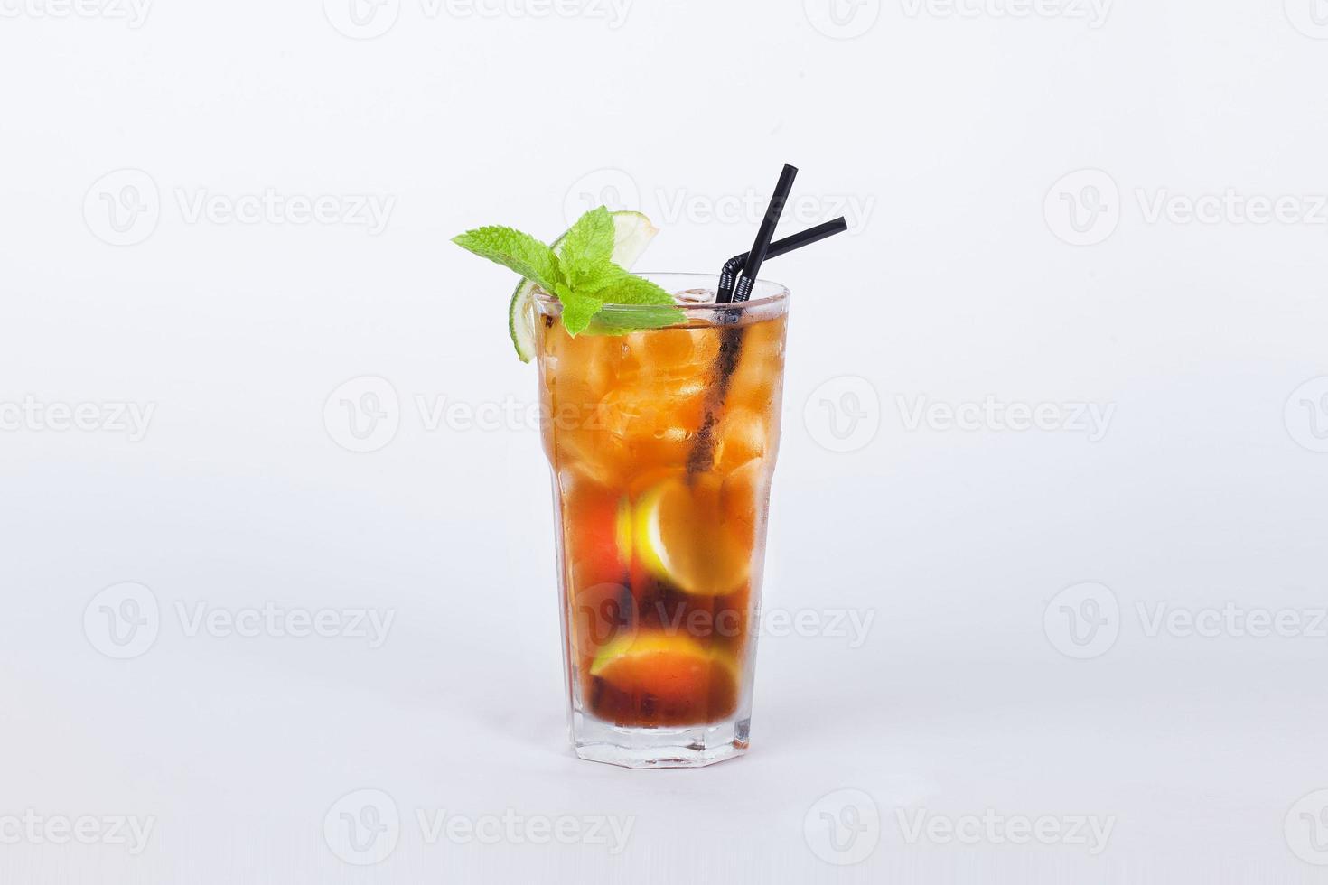 Cola-Cocktail mit Zitrone und Minze foto