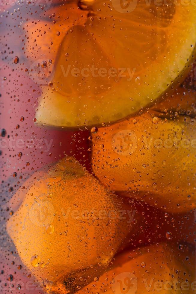 Cola mit Eiswürfeln und Tauhintergrund foto