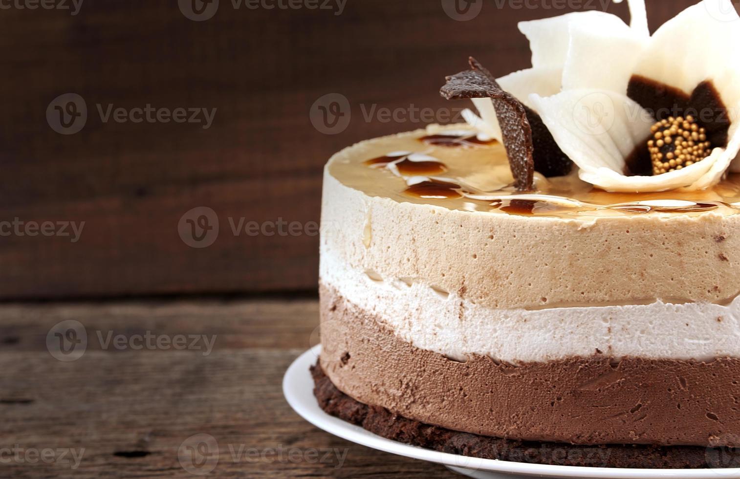 Schokoladenkuchen auf rustikalem Holztisch, selektiver Fokus foto