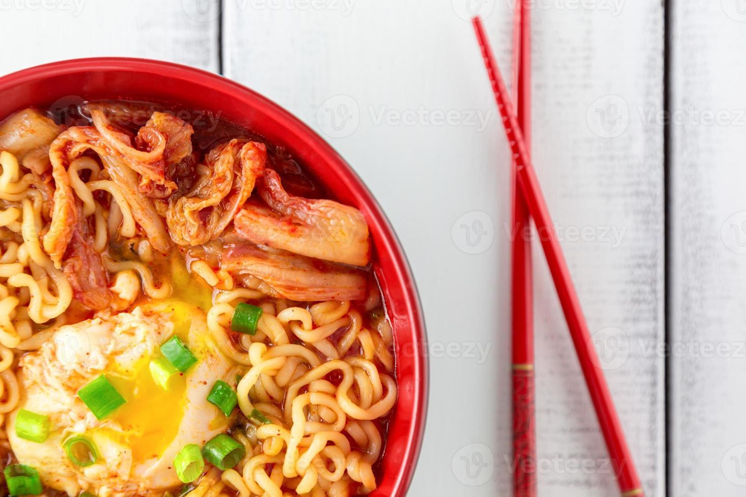 würzige koreanische Ramen mit Ei foto