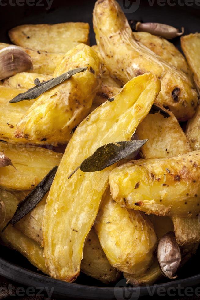 Bratkartoffeln mit Salbei Knoblauch und Kräutern foto