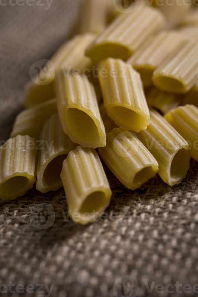 Penne Pasta rohes Porträt rustikal foto