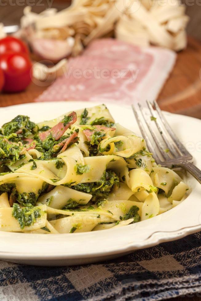 Spaghetti mit Spinat und Speck. foto