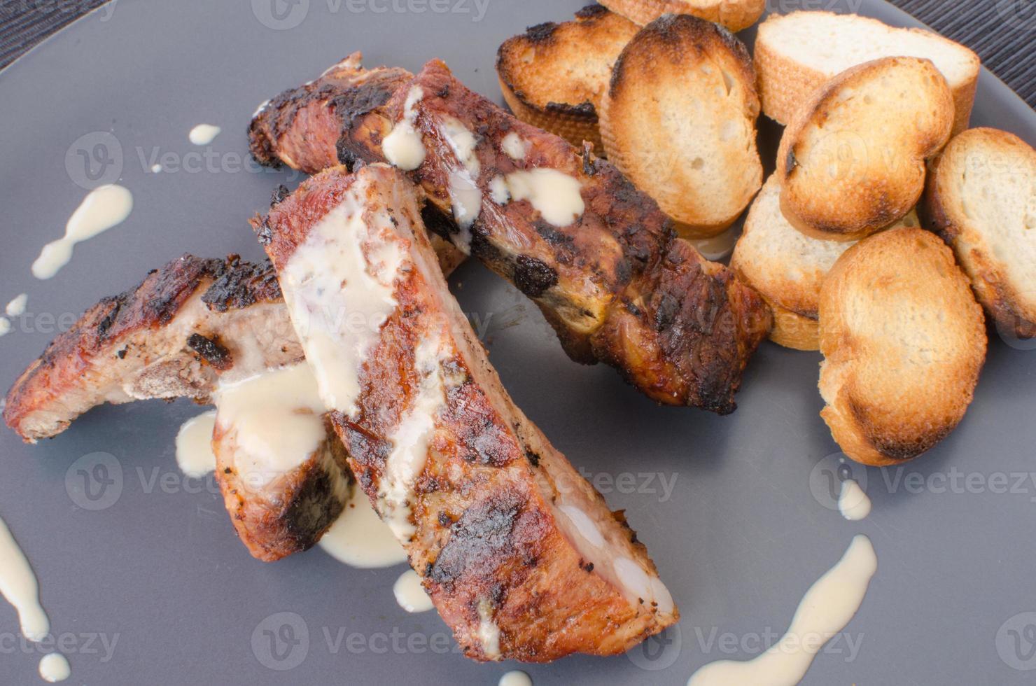 Spareribs auf dem Grill mit Dip und geröstetem Baguette foto