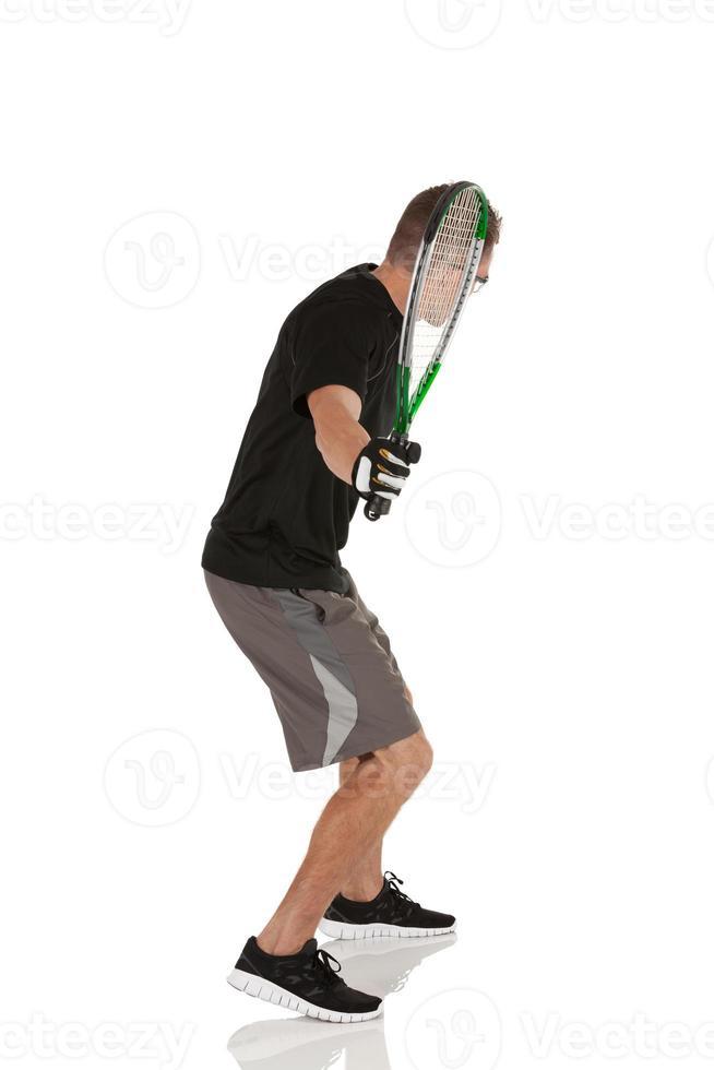 Mann spielt Squash foto