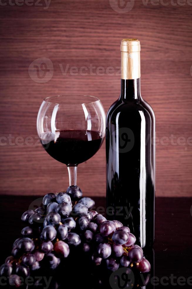Wein und Traube auf einem Hintergrund einer Leinwand foto