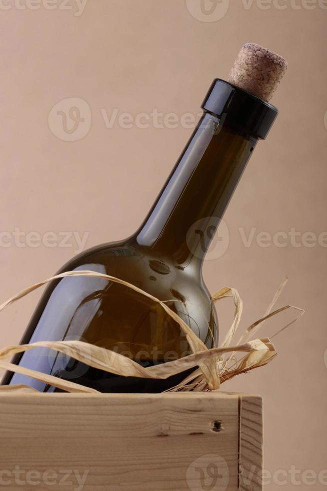 entkorkte Flasche Wein in Box foto