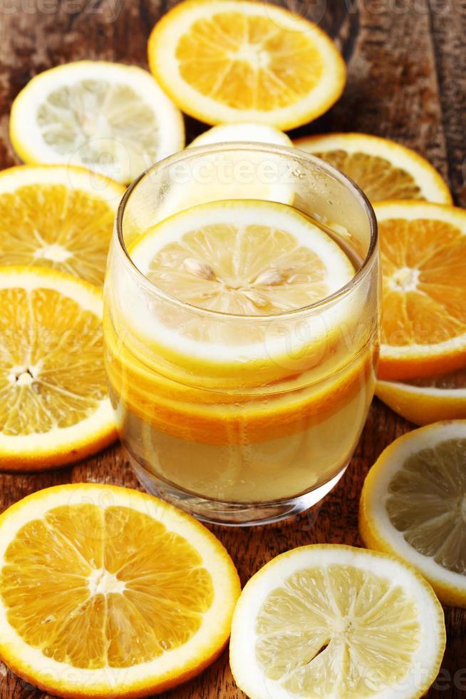 Getränk und Stapel von Zitrusfruchtscheiben. Orangen und Zitronen. foto