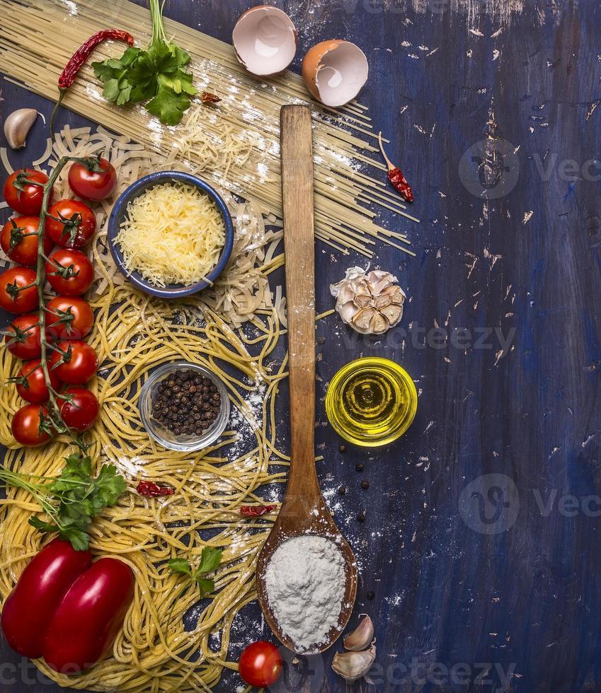 Zutaten, die vegetarischen Nudelkäse, hölzernen rustikalen Hintergrundrandtext kochen foto