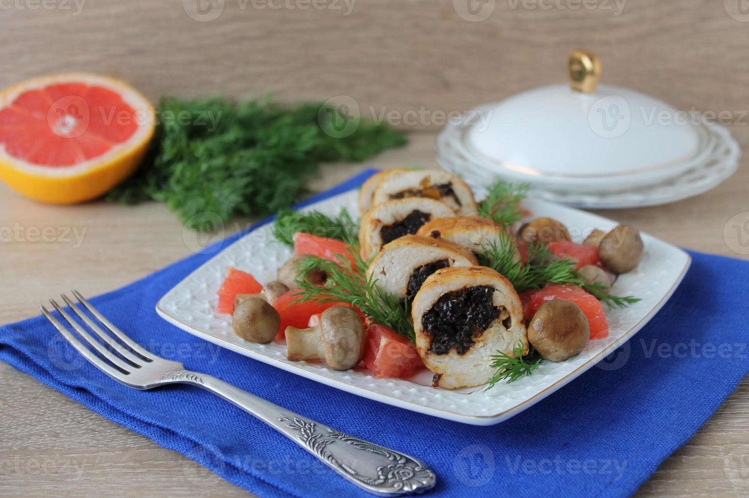 Hähnchenbrötchen mit Pflaumen foto