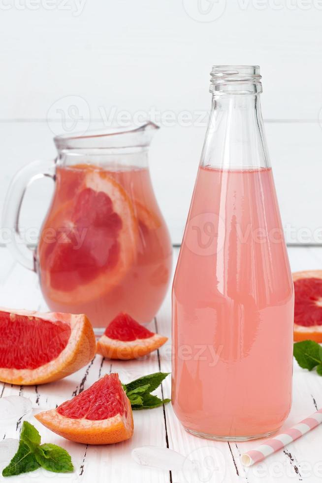 erfrischender rosa Grapefruitcocktail foto
