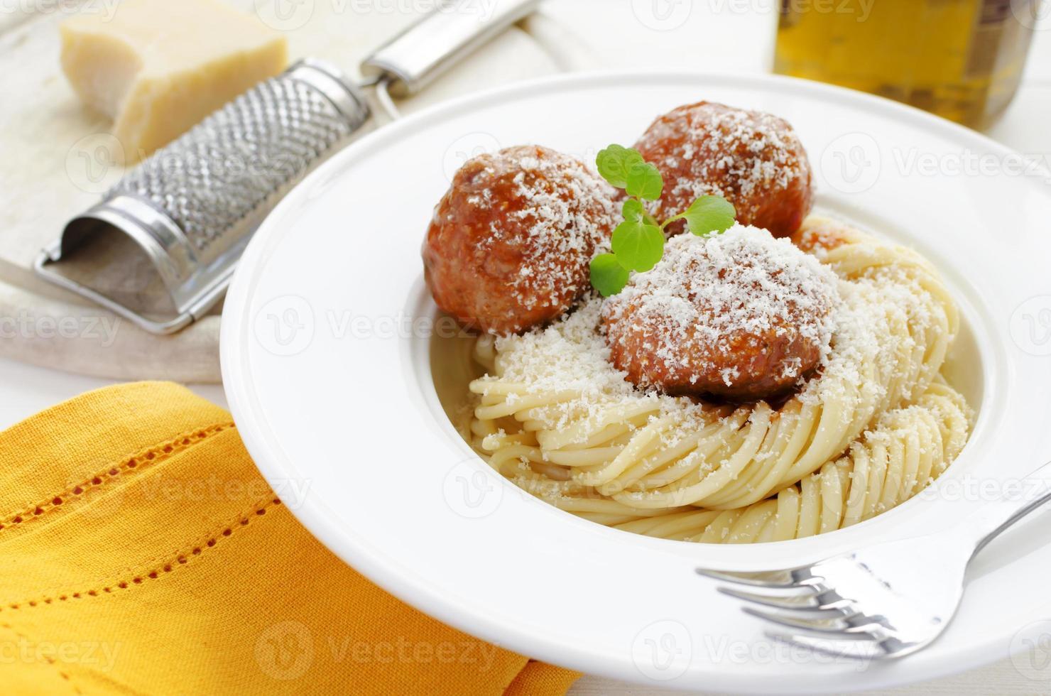 Nudeln mit Fleischbällchen in Tomatensauce, Brunnenkresse und Parmesan foto