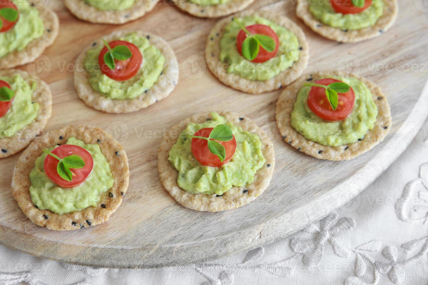 grüne Avocado- und Tomatencracker foto