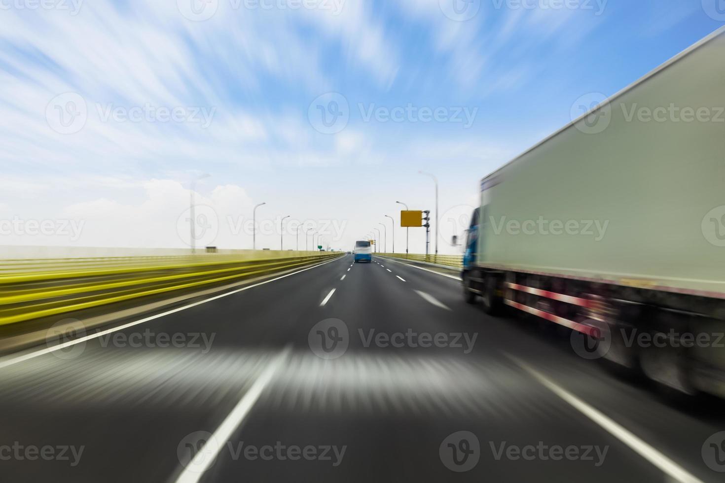 LKW auf einer schnellen Schnellstraße, Bewegungsunschärfe foto