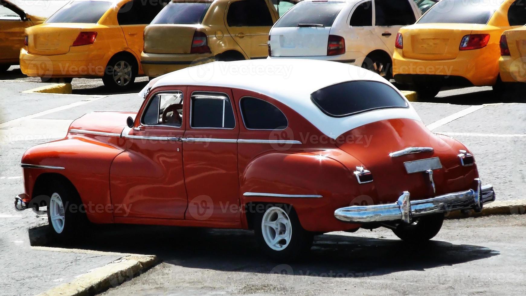 Besichtigung eines geparkten Oldtimers foto