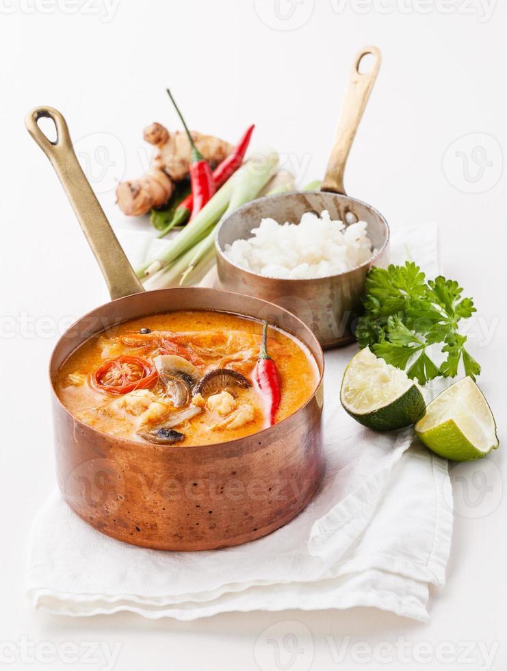 würzige thailändische Suppe Tom Yam foto