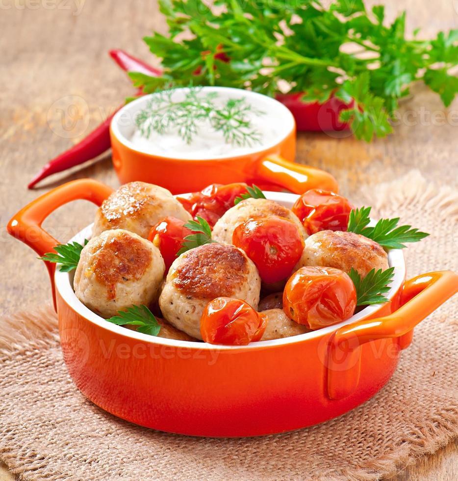 Hühnerfleischbällchen mit Kirschtomaten foto