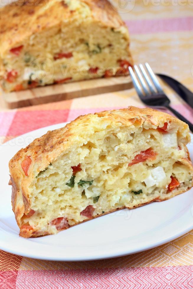 herzhafter Kuchen mit Tomaten, Feta und Rucola foto