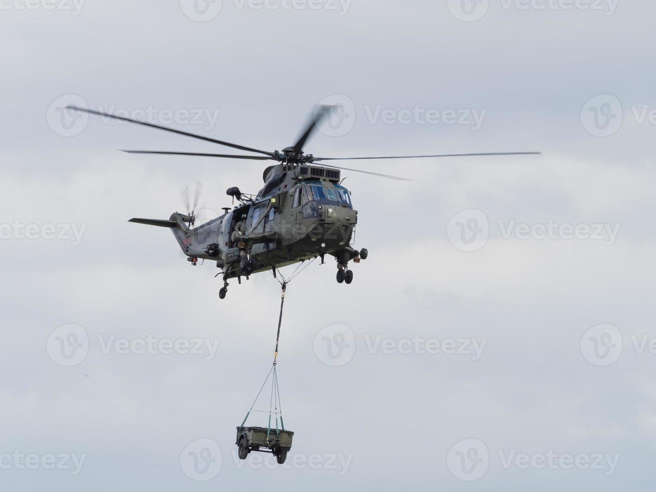 Militärhubschrauber heben Last foto