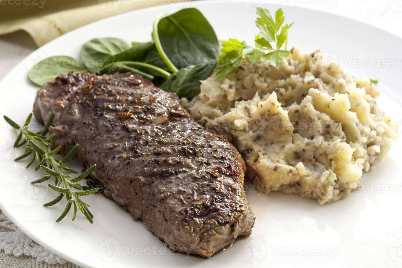 Steak mit Tapenadenbrei foto