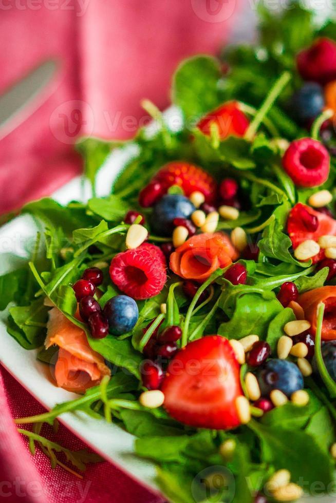 gesunder Salat mit Rucola, Spinat, Räucherlachs und Beeren foto