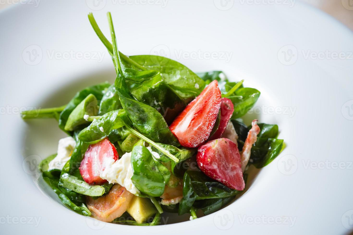 frischer Salat mit Erdbeeren, Ziegenkäse und Garnelen foto