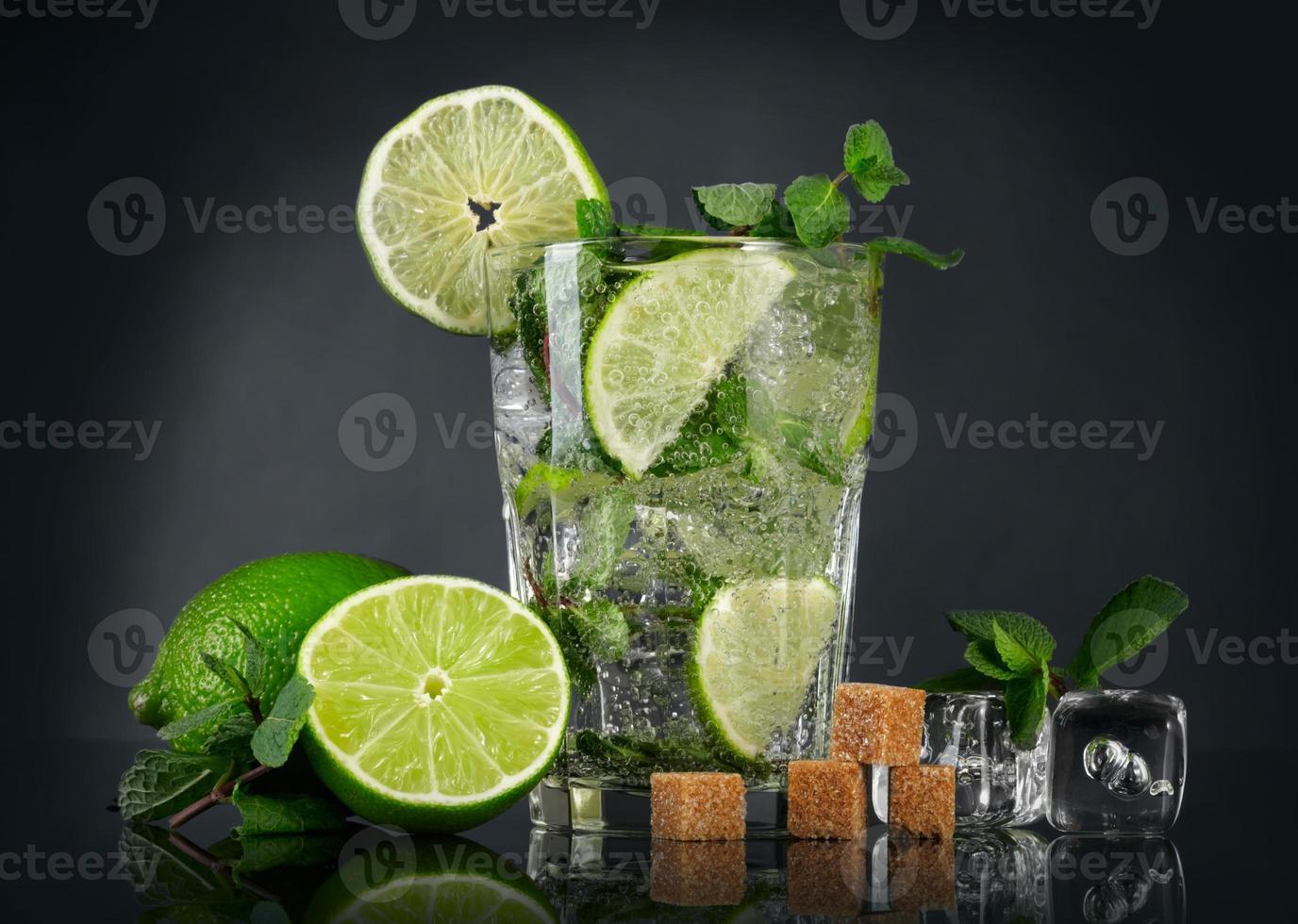 Mojito-Cocktail über schwarzem Hintergrund foto
