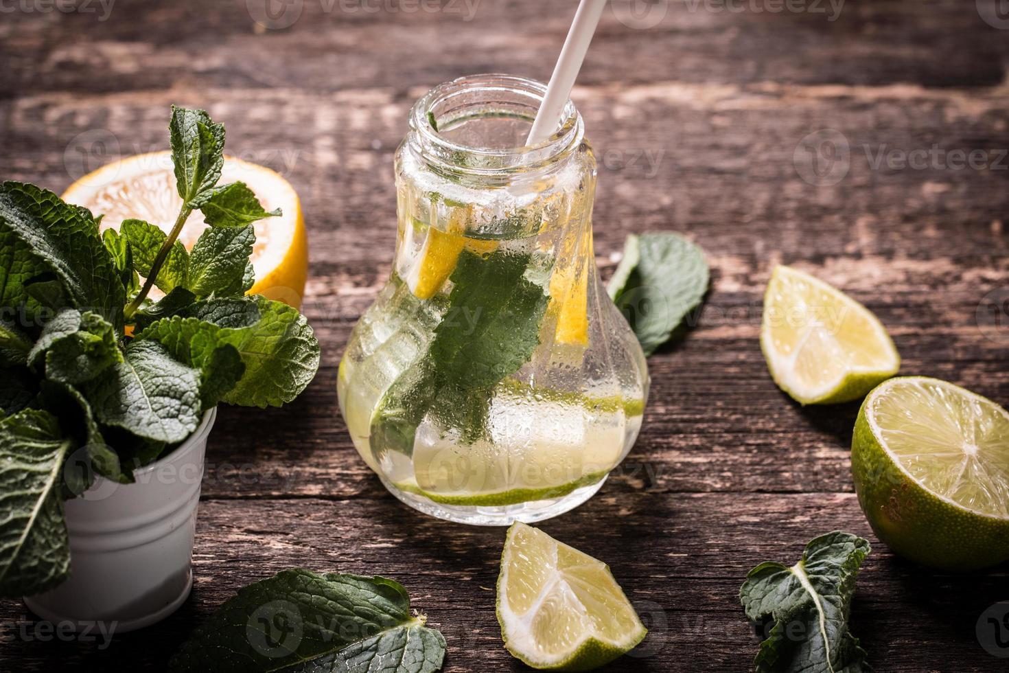 frisches Getränk mit Zitrone und Minze foto
