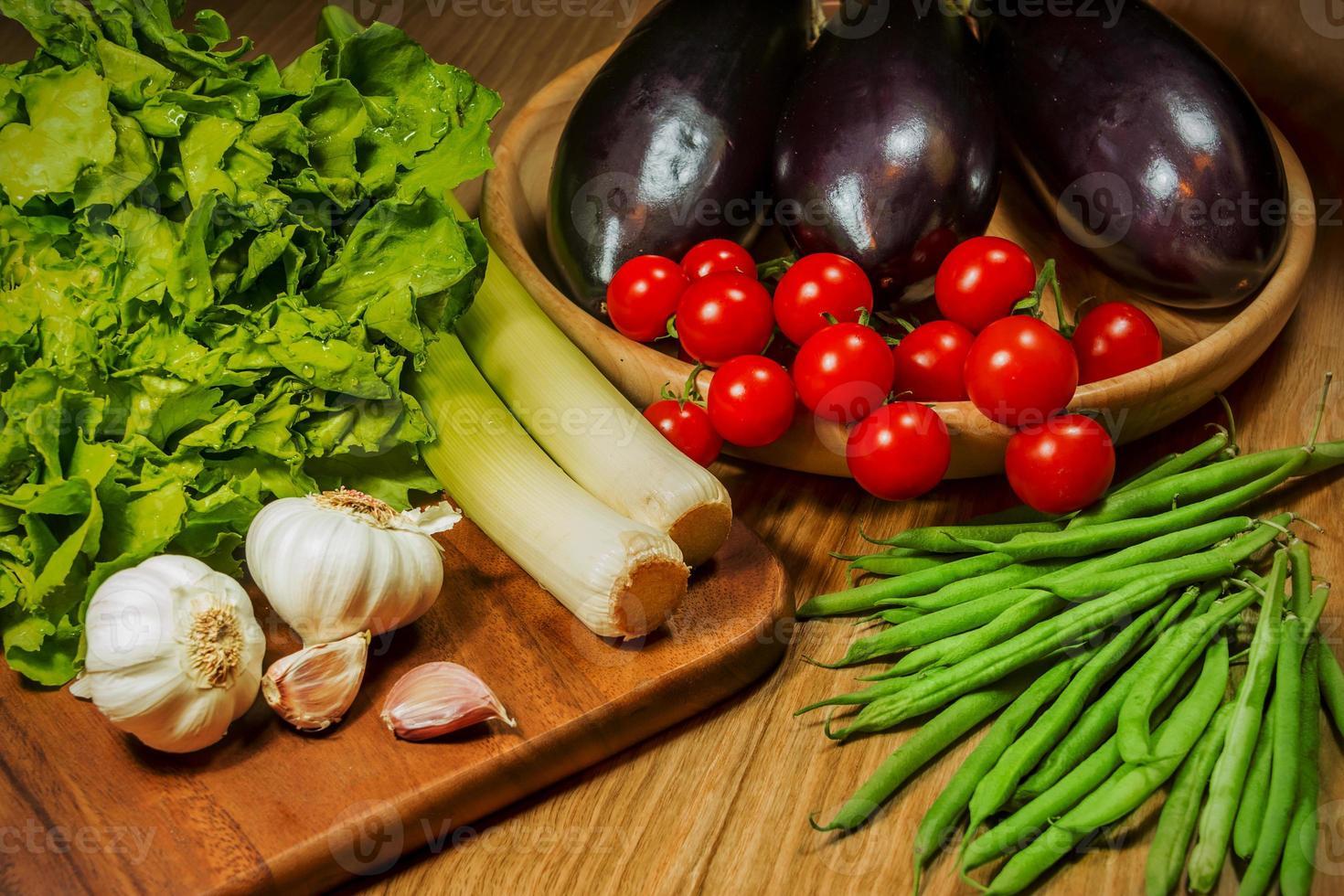 Gemüse auf einem Tisch präsentiert foto