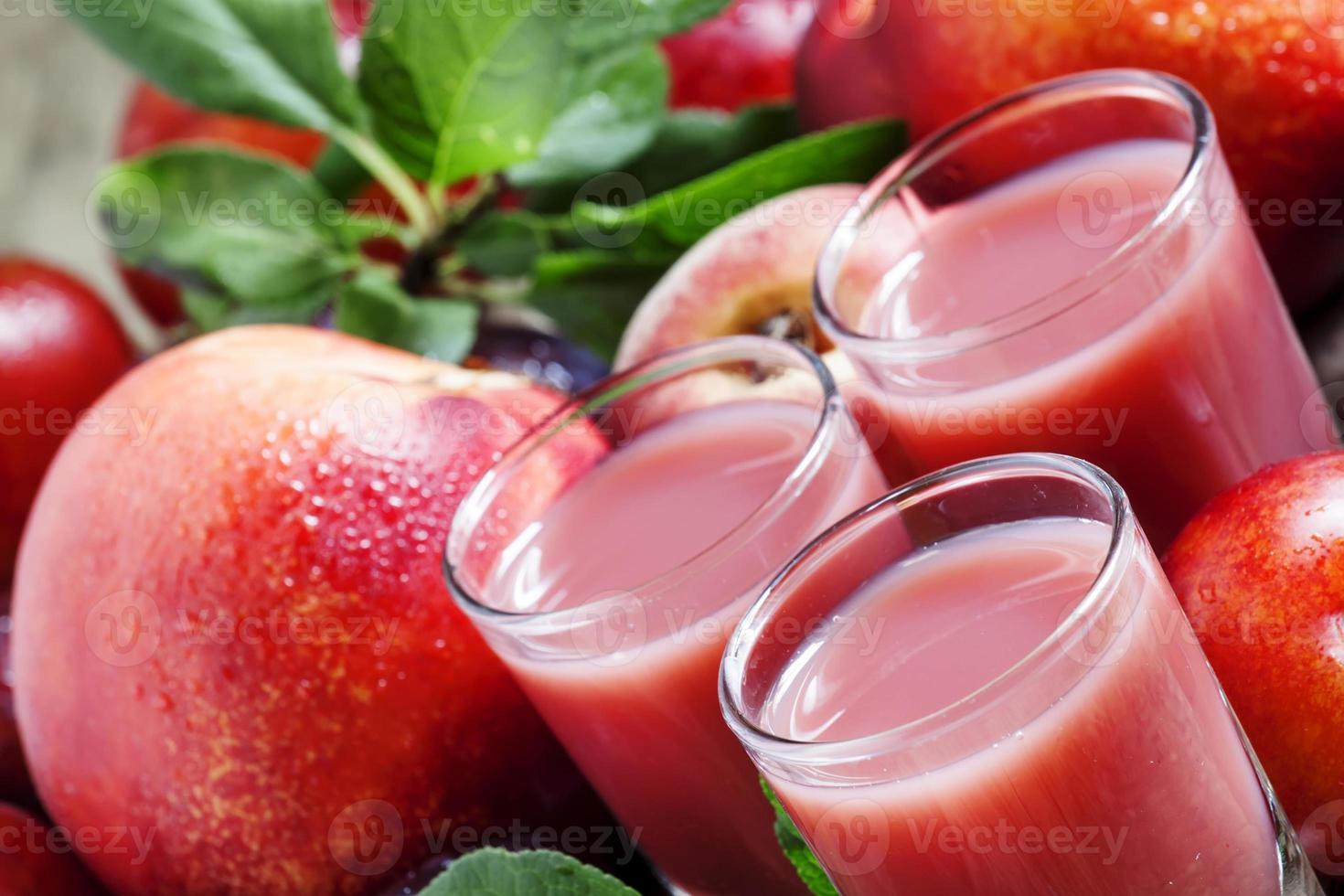 köstlicher frischer Saft aus roten und blauen Pflaumen foto
