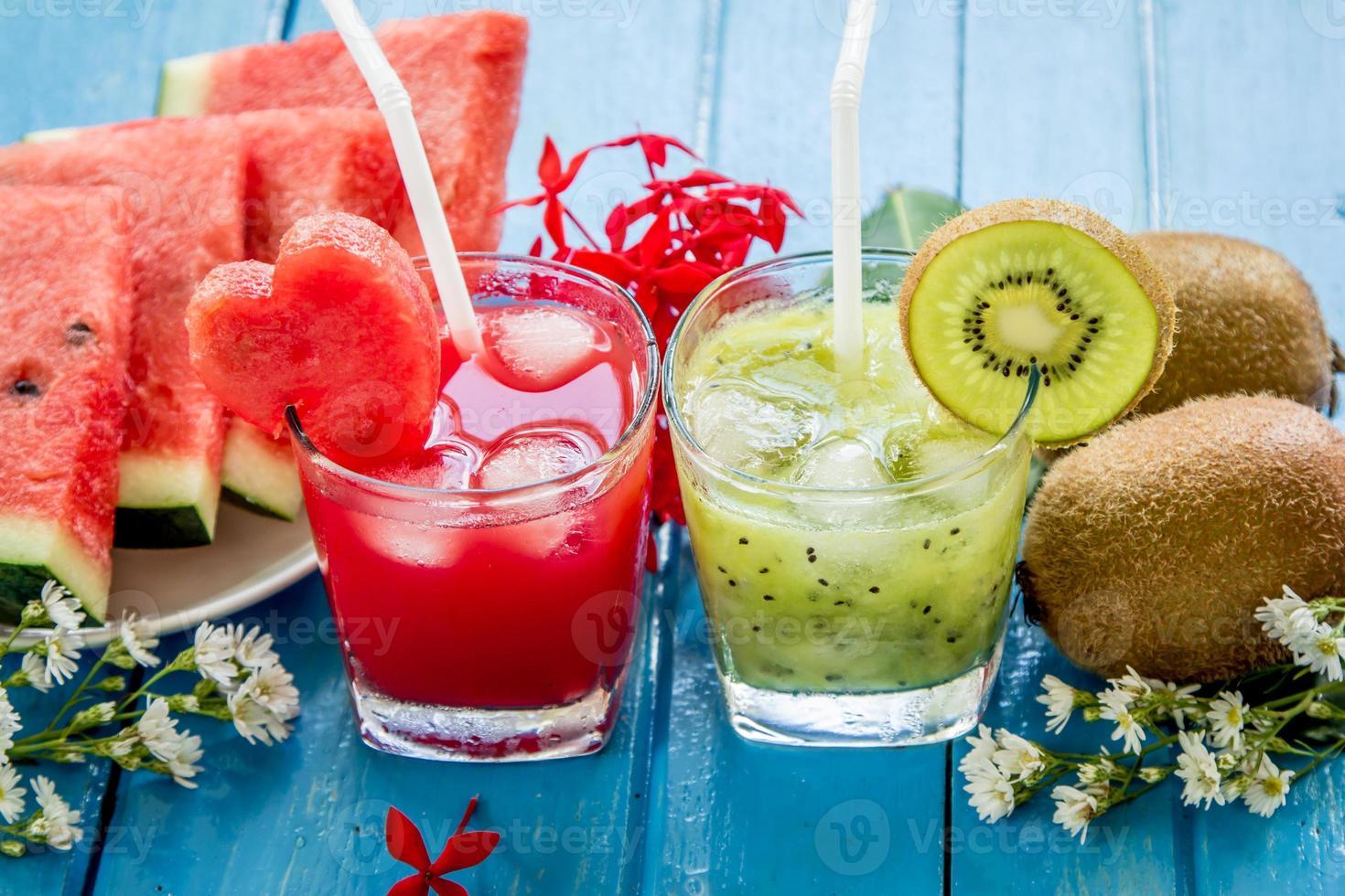 Kiwisaft und Wassermelonensaft mit frischen Früchten foto