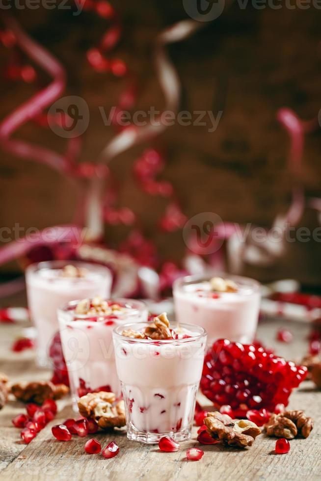 hausgemachter Granatjoghurt mit Walnüssen und Granatapfelkernen foto