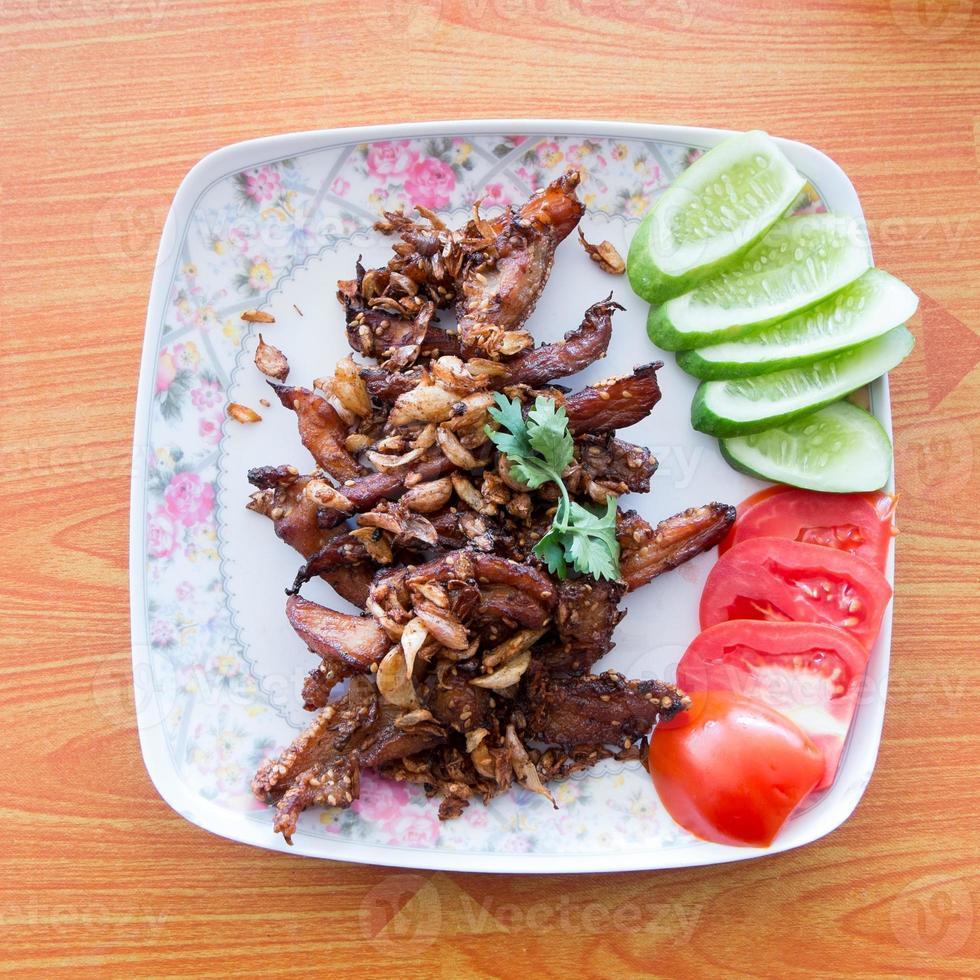 gebratenes Schweinefleisch mit Knoblauch und Pfeffer foto