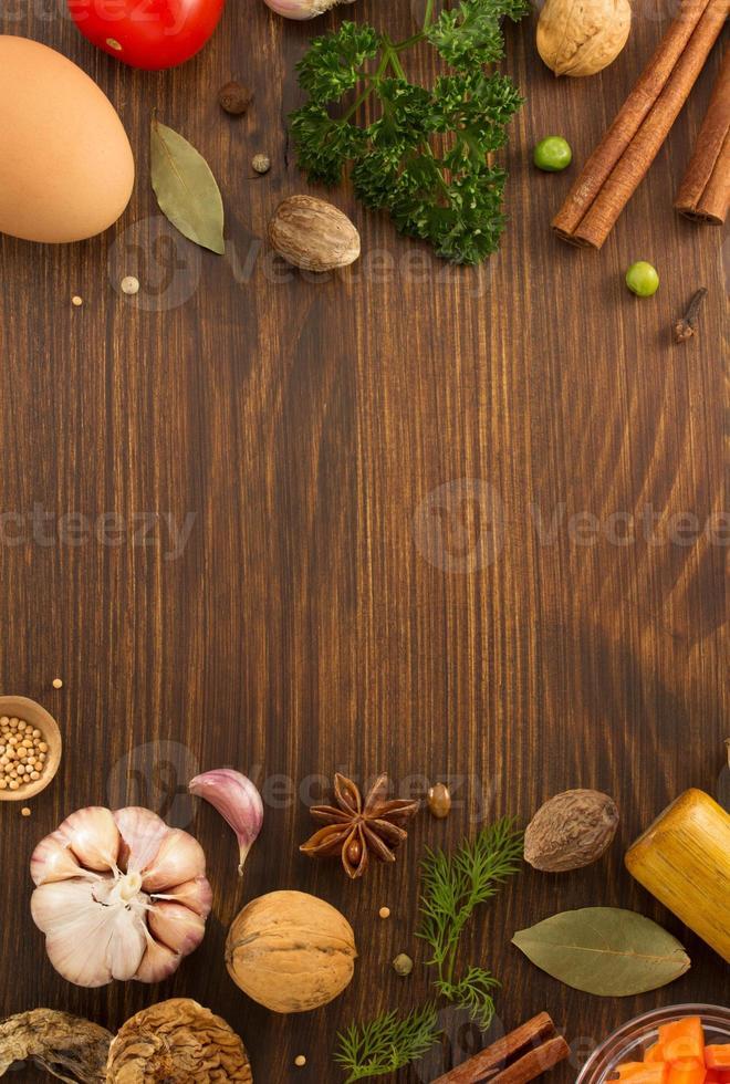 Kräuter und Gewürze auf Holz foto
